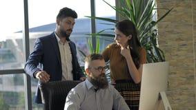 teamwork Tre giovani architetti che lavorano ad un progetto archivi video