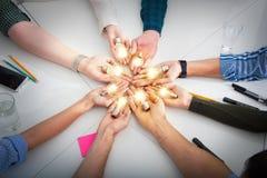 Teamwork- und Brainstormingkonzept mit Geschäftsmännern, die eine Idee mit einer Lampe teilen Konzept des Starts lizenzfreies stockbild