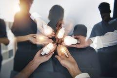 Teamwork- und Brainstormingkonzept mit Geschäftsmännern, die eine Idee mit einer Lampe teilen Konzept des Starts Doppelte Berühru lizenzfreie stockfotos
