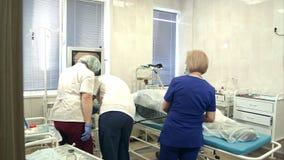Teamwork under gastroendoscopy till patienten i sjukhus arkivfilmer