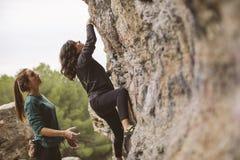 Teamwork von Bergsteigern Zwei Frauenbergsteiger stockbilder