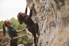 Teamwork von Bergsteigern Zwei Frauenbergsteiger lizenzfreie stockfotos