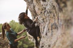 Teamwork von Bergsteigern Zwei Frauenbergsteiger stockbild