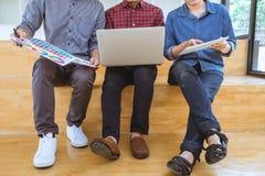 Teamwork von den kreativen Designern, die an neuem Projekt und wählen arbeiten lizenzfreie abbildung