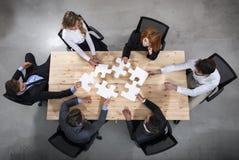 Teamwork von Partnern Konzept der Integration und des Starts mit Puzzlespielstücken lizenzfreies stockfoto