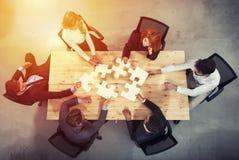 Teamwork von Partnern Konzept der Integration und des Starts mit Puzzlespielstücken lizenzfreie stockfotografie