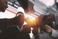 Teamwork von Partnern Konzept der Integration und des Starts mit Puzzlespielstücken stockfotos