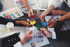 Teamwork von Partnern Konzept der Integration und des Starts mit Puzzlespielstücken stockfotografie