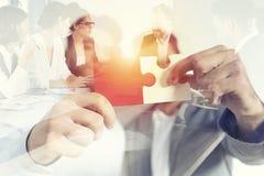 Teamwork von Partnern Konzept der Integration und des Starts mit Puzzlespielstücken Doppelte Berührung stockbild