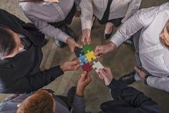 Teamwork von Partnern Konzept der Integration und des Starts mit Puzzlespielstücken stockbilder