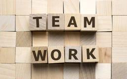 Teamwork-Wort gemacht von den hölzernen Würfeln mit Buchstabealphabet stockbild