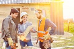 Teamwork zwischen Handwerker und Handwerkern stockfotos