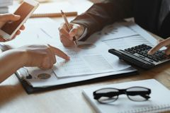 teamworkaffärskvinna som i regeringsställning kontrollerar finansrapporten Accou arkivfoton