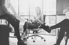 Teamworkbegrepp, idékläckning Affärsmanbesättning som arbetar med nytt startup projekt i modern vind Denna bild har fäst frigörar arkivbilder