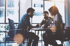 Teamworkidékläckningprocess Ung man som arbetar samman med partners i modern kontorsvind Begrepp för affärsstart royaltyfri fotografi