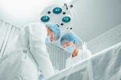 Teamworkkirurger på operation Arkivbild