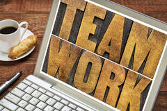 Teamworkordtypografi på bärbar datorskärmen Arkivbild