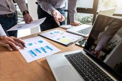 Teamworkprocess, discussi för kollegor för chefer för affärslag två arkivbild