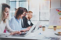 Teamworkprocessbegrepp Unga coworkers arbetar med nytt startup projekt på det soliga kontoret Horisontal suddig bakgrund Arkivbilder