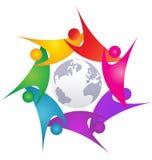 Teamworkswooshfolk runt om världslogo Arkivbild