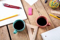 Teamzusammenarbeitskonzept Unternehmensplanung mit Kaffee und Büroartikel Stockbild