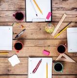 Teamzusammenarbeitskonzept Unternehmensplanung mit Kaffee und Büroartikel Lizenzfreies Stockbild