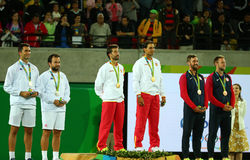Tean Rumänien (v), lag Spanien Mark Lopez och Rafael Nadal av Spanien och laget USA under medaljceremoni efter sista mäns dubblet Arkivfoton