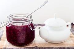 Teapoot用在厨房用桌上的开放果酱 免版税图库摄影