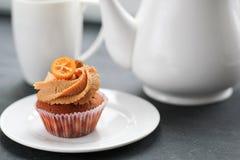 Teapot, ένα φλυτζάνι του τσαγιού και μια καραμέλα cupcake Στοκ φωτογραφίες με δικαίωμα ελεύθερης χρήσης
