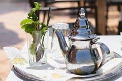 Teapot και γυαλί με τα φύλλα μεντών, Μαρόκο Στοκ φωτογραφία με δικαίωμα ελεύθερης χρήσης