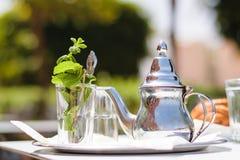Teapot και γυαλί με τα φύλλα μεντών, Μαρόκο Στοκ Φωτογραφίες