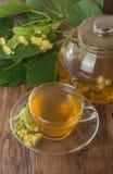 Teapot και το φλυτζάνι με το τσάι Στοκ φωτογραφία με δικαίωμα ελεύθερης χρήσης