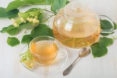 Teapot και το φλυτζάνι με το τσάι Στοκ Φωτογραφία