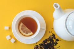 Teapot και φλυτζάνι του τσαγιού σε ένα κίτρινο fletley υποβάθρου στοκ εικόνες με δικαίωμα ελεύθερης χρήσης