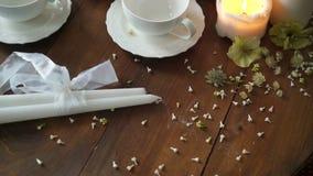 Teapot και φλυτζάνια σε έναν πίνακα απόθεμα βίντεο