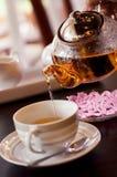 Teapot και φλυτζάνι γυαλιού στοκ φωτογραφία