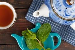 Teapot και φλυτζανιών κινηματογράφηση σε πρώτο πλάνο, τοπ άποψη Στοκ Εικόνες