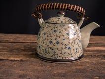 Teapot μαύρος παλαιός πίνακας τσαγιού τσαγιού πράσινος Στοκ Φωτογραφίες
