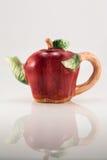 Teapot με μορφή του μήλου στο λευκό Στοκ εικόνες με δικαίωμα ελεύθερης χρήσης