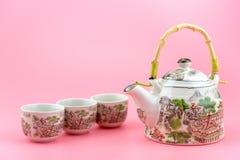 Teapot με τα φλυτζάνια σε ένα ρόδινο υπόβαθρο Στοκ εικόνες με δικαίωμα ελεύθερης χρήσης