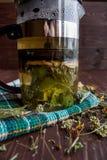 Teapot με το βοτανικό τσάι Στοκ εικόνα με δικαίωμα ελεύθερης χρήσης