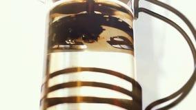 Teapot με το φρέσκο τσάι σε σε αργή κίνηση στο υπόβαθρο ήλιων 1920x1080 φιλμ μικρού μήκους