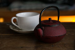 Teapot με το φλυτζάνι έτοιμο να εξυπηρετηθεί Στοκ φωτογραφία με δικαίωμα ελεύθερης χρήσης