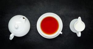 Teapot με το φλυτζάνι και το γάλα Στοκ Φωτογραφία