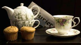 Teapot, φλυτζάνι και muffins στοκ εικόνες με δικαίωμα ελεύθερης χρήσης