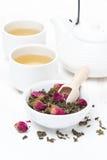 Πράσινο τσάι με τα μπουμπούκια τριαντάφυλλου σε ένα κύπελλο, τα φλυτζάνια και teapot Στοκ Φωτογραφία