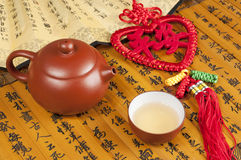 Teapot and Chinese knot Royalty Free Stock Photography