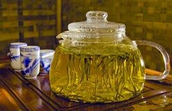 Teapot com chá verde e copos Fotografia de Stock Royalty Free
