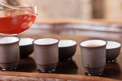 Teapot, copos e uma seleção de chás vermelhos Imagens de Stock Royalty Free
