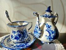 Teapot, filiżanka z spodeczkiem i teaspoon, Rzeczy w Rosyjskim tradycyjnym Gzhel stylu Gzhel - Rosyjski ludowy rzemiosło ceramics Obraz Royalty Free